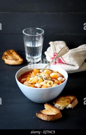 Bol de soupe minestrone avec des pâtes, des haricots et des légumes Banque D'Images
