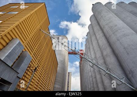 L'extérieur de l'usine avec de grands silos en béton et bâtiment de production en Finlande. Ce majestueux ancien Banque D'Images