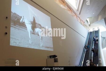 Une vidéo de l'artiste Marina Abramovic est illustré dans le musée d'arts à Tel Aviv, Israël, 31 mars 2015. Pour Banque D'Images