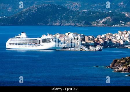 Navire à passagers blanc au large de la côte d'Agios Nikolaos. Crète, Grèce Banque D'Images