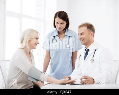 Médecin et patient in hospital Banque D'Images
