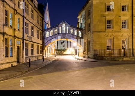 Pont de Hertford, aussi connu sous le Pont des Soupirs, vu ici à la nuit. Hertford est un des collèges de l'Université Banque D'Images