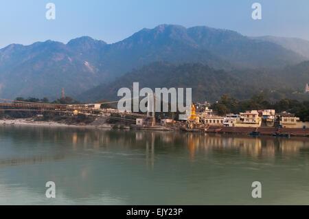 Vue sur le fleuve Ganga et Ram Jhula bridge. Rishikesh Banque D'Images