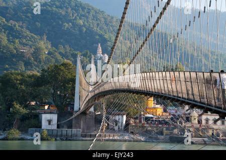 Vue sur le fleuve Ganga et Ram Jhula bridge Banque D'Images