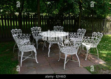Fer forgé blanc chaises table en métal meubles de patio à l'ombre de l'ombre à l'abri jardin floral RM Banque D'Images