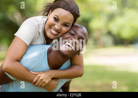 Young black couple usurpation de l'extérieur Banque D'Images