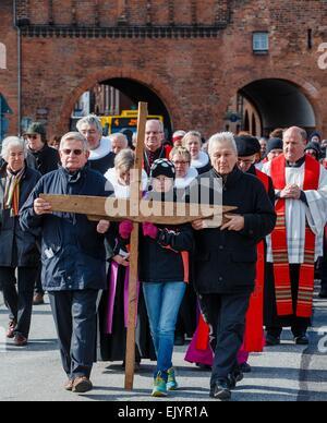 Luebeck, Allemagne. 06Th avr, 2015. Les participants de la procession œcuménique portent une croix le Vendredi Saint Banque D'Images
