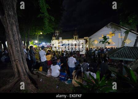 Plus de 2 000 personnes assistent à la messe du Jeudi Saint à la cérémonie église cathédrale à Larantuka, l'île Banque D'Images