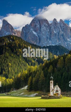 L'église Saint Jean en dessous du Geisler Spitzen, Dolomites, Val di Funes, Trentin-Haut-Adige, Italie Banque D'Images