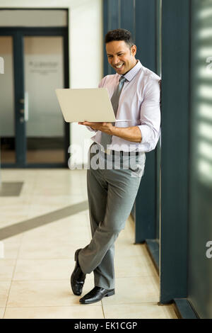 Entreprise moderne man using laptop computer in office Banque D'Images