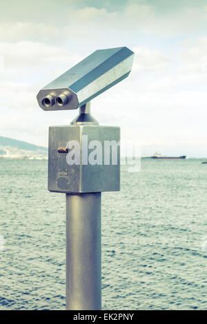 Télescope touristique de plein air payés en acier inoxydable sur la côte de la mer vintage photo stylisée avec ses Banque D'Images