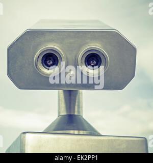 Télescope touristique de plein air payés en acier inoxydable ressemble à un portrait robot. Vintage photo stylisée Banque D'Images