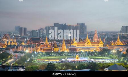 Wat Phra Keo, le Temple du Bouddha d'Émeraude, Grand Palais, au crépuscule, à Bangkok, Thaïlande Banque D'Images