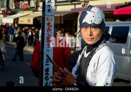 Extracteur de pousse-pousse (pilote? Opérateur?) en attente d'une coutume. Kyoto, Japon. Jeune homme portant des Banque D'Images