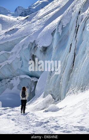 Femme en face du glacier Morteratsch, Haute-engadine, Canton des Grisons, Suisse Banque D'Images