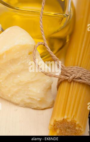 Les pâtes italiennes ingrédients alimentaires de base fromage parmesan et huile d'olive vierge extra Banque D'Images