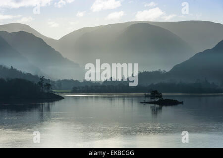 Petite île, tête du lac en novembre, le lac Ullswater, District National Park, Cumbria, Angleterre, Royaume-Uni, Europe Banque D'Images