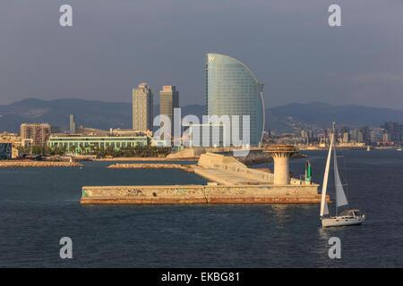 Location de voiles passé La Barceloneta et du front de mer, Port Olimpic à distance, la fin de l'après-midi, Barcelone, Catalogne, Espagne Banque D'Images