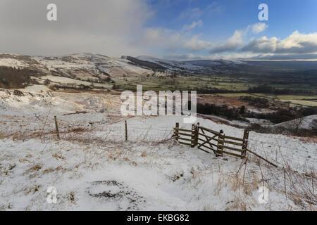 Retour de la neige en montagne et Tor perdre Hill sur la grande crête, de Mam Tor glissement, Castleton, Derbyshire, Banque D'Images