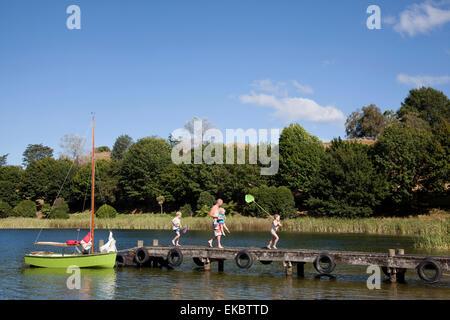 Family walking on pier, Lake Okareka, Nouvelle-Zélande Banque D'Images