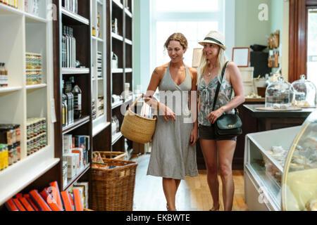 Deux amies de navigation dans l'épicerie bio Banque D'Images