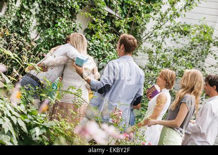 Message d'âge mûr famille dans jardin Banque D'Images