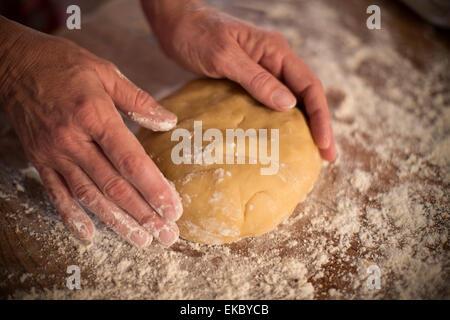 Le miel et la cannelle à pétrir la pâte pour faire des biscuits Banque D'Images