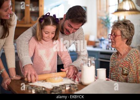 Père et fille la pâte de roulement pour faire des biscuits Banque D'Images