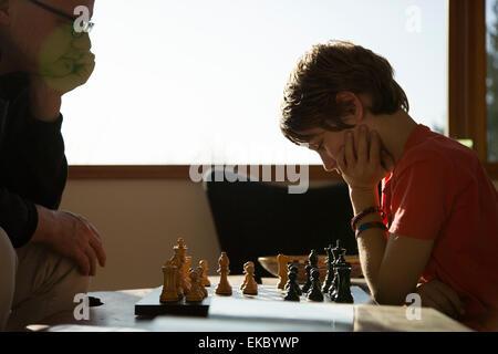 Père et fils joue une partie de échecs