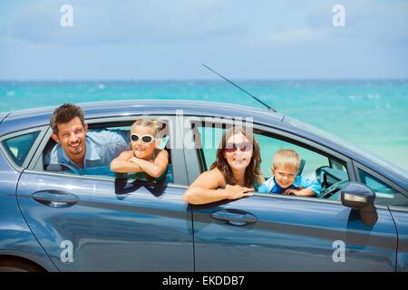 Famille de quatre personnes dans une voiture conduite Banque D'Images