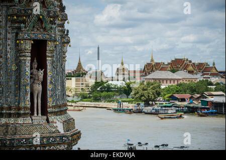 Une vue de la Wat Arun (temple de l'aube) dans la distance le Wat Pho. Bangkok en Thaïlande. Banque D'Images