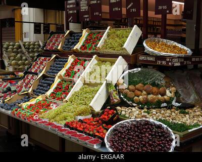 Des fruits pour la vente dans un magasin à Paris, France. Banque D'Images
