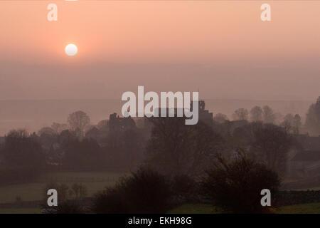 Leyburn, North Yorkshire, UK 10 avril, 2014. Météo atmosphérique britannique. L'aube sur les ruines de château de Banque D'Images