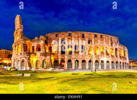 Colisée, Rome, Italie. Crépuscule sur Colosseo à Rome, elliptique plus grand amphithéâtre de l'ancienne civilisation Banque D'Images