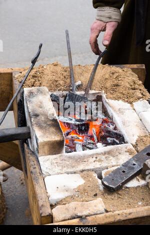 Vieux village blacksmith forge avec des charbons ardents Banque D'Images