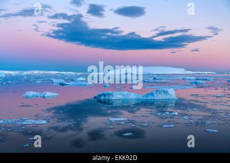 Le soleil de minuit sur les icebergs dans la mer de Weddell, près de la péninsule Antarctique dans l'Antarctique. Banque D'Images