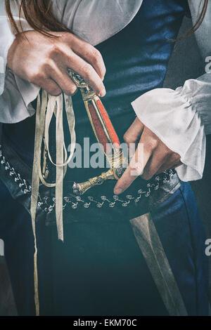 Femme tenant une dague médiévale Banque D'Images