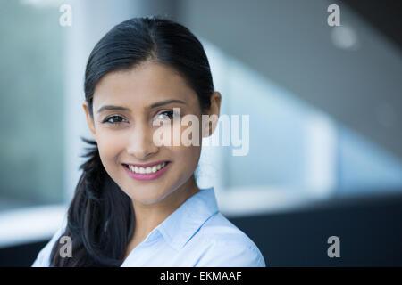 Closeup portrait, jeune professionnel, belle femme confiante en chemise bleue, personnalité sympathique, souriant Banque D'Images