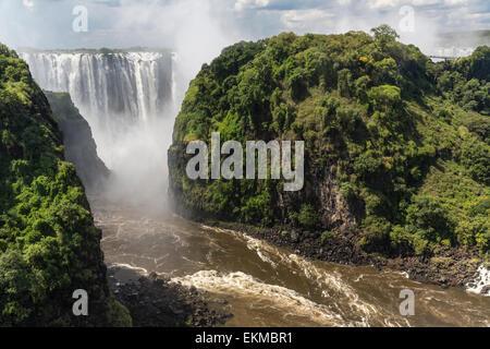 Victoria Falls et la gorge du fleuve Zambèze en Zambie vu de Victoria Falls Bridge entre le Zimbabwe et la Zambie Banque D'Images