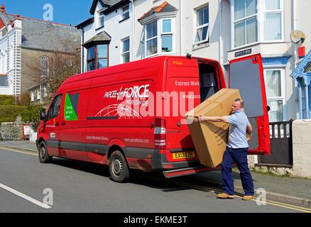 De l'homme de gros paquets de colis livraison Force van Banque D'Images