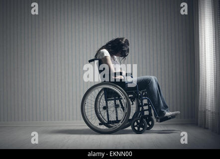Crying woman sitting in wheelchair Banque D'Images