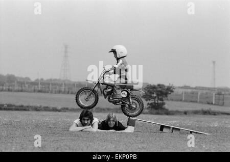 Quatre ans Jarno Barratt de Corby, Northamptonshire, exécute une cascade sur sa moto Italjet 50 cc, à l'aide de Banque D'Images