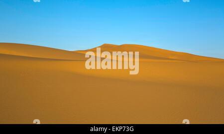 Plusieurs dunes de l'erg Chebbi dans le désert du sahara. ers sont formés par de grandes dunes de sable par le vent.