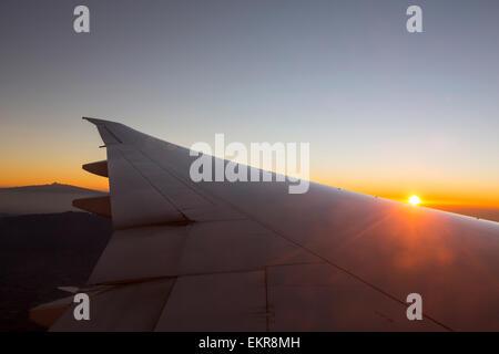 L'aube sur le Kenya à partir d'un avion, avec le Mont Kenya visible.