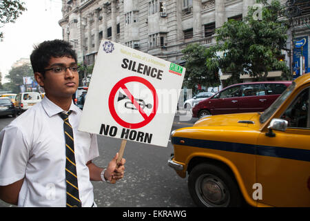 Écolier protestant contre la pollution sonore des véhicules en Kolkata (Calcutta) Banque D'Images