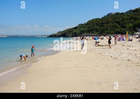 Les enfants s'amusant sur la plage de Porthminster à St Ives en Cornouailles