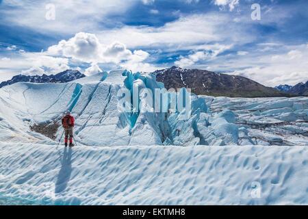 Un randonneur debout sur la crête de glace surplombant le Glacier Matanuska, Southcentral Alaska, l'été Banque D'Images