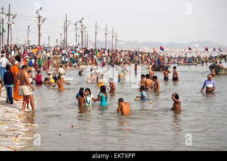 Pèlerins hindous se baigner dans le Triveni Sangam, l'intersection des Rivières Gange et Yamuna, Kumbh Mela à Allahabad, Banque D'Images