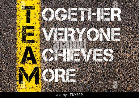 Ensemble, tout le monde obtient plus - Notion d'équipe. Image conceptuelle avec la ligne de peinture jaune sur la Banque D'Images