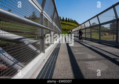 Cycle de l'acier moderne pont qui relie le parc de la ville Banque D'Images
